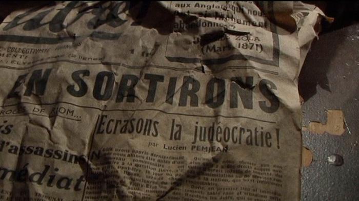 journal chiffonné contenant des verres de porto daté 1941 trouvé en octobre 2004 dans les décombres de l'annexe de l'Hôtel Aletti, ex Hôtel Thermal