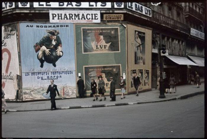 """Guerre 1939-1945. """"Toi qui veux rebâtir la France, donne lui des enfants"""", """"Donner la vie engendre la joie"""", """"La famille, fruit du passé, germe de l'avenir"""". Photographie d'André Zucca (1897-1973). Bibliothèque historique de la Ville de Paris."""