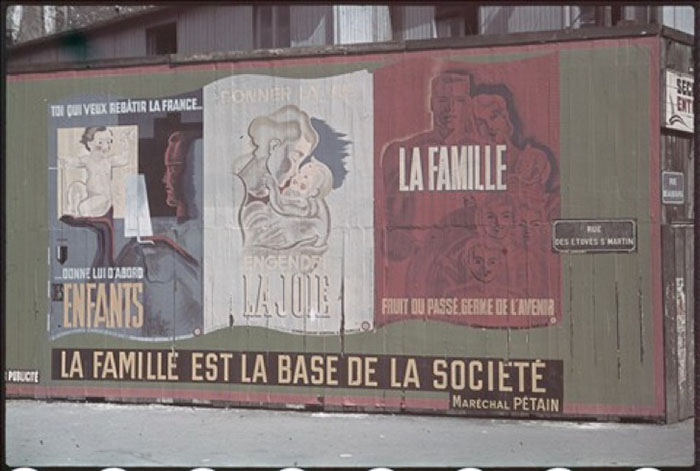 """Guerre 1939-1945. Affiche pétainiste """"La famille est la base de la société"""". Paris. Photographie d'André Zucca (1897-1973). Bibliothèque historique de la Ville de Paris."""