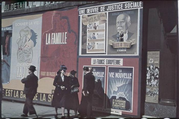 """Guerre 1939-1945. Affiches """"Une Oeuvre de justice sociale"""", """"La vie nouvelle"""", boulevard des Italiens. Paris. Photographie d'André Zucca (1897-1973). Bibliothèque historique de la Ville de Paris."""